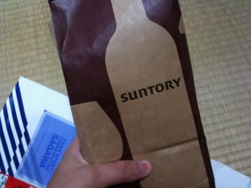 開けると中にワイン? ウイスキー? の紙袋が。